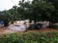 VIDEO Obrovské záplavy v Grécku, mestami a obcami sa valila kalná voda plná trosiek aj áut