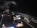 Mladíci pod diaľnicou zapálili pneumatiky: FOTO Kvôli dymu havarovalo pätnásť áut
