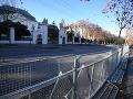 Na snímke kovové zátarasy pred Úradom vlády SR v Bratislave, kde sa očakáva protest