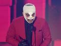 Spevák The Weeknd sa tiež tešil z ocenenia. Tento imidž už nedávno predviedol na odovzdávaní cien MTV.
