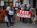 Partnerka Assangea prosí Trumpa: Dojímavý tvít! Osloboďte môjho priatelia, rodina potrebuje otca