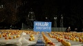 VIDEO Námestie v Bratislave zaplnili jablká: Odkaz pre Kollára, Hlina žiada jeho odvolanie