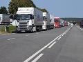 Hraničný priechod vo Vyšnom Nemeckom nezvláda nápor: V kolóne stoja stovky kamiónov