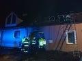 Veľké odhodlanie smelých hasičov: FOTO Z horiaceho domu vytiahli dve osoby aj psa
