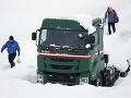 FOTO Snežné peklo v Japonsku: Na rýchlostnej ceste v kolóne uviazlo asi tisíc áut
