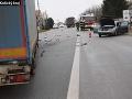 Desivá zrážka kamiónu s osobným autom: Zranili sa štyria ľudia
