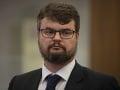 Vicepremiér Holý čelí škandálu! Opozícia chce jeho odvolanie za návštevy rodiny v Británii