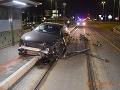 FOTO hrozivo vyzerajúcej nehody v Košiciach: Vodička zdemolovala auto aj električkovú zastávku