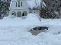 FOTO Vodič dostal počas hustého sneženia šmyk: Cestári ho pochovali v aute, keď odhŕňali sneh!