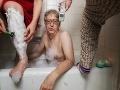 Muž je už desať mesiacov v karanténe so svojou exmanželkou a matkou: Tie spoločné FOTO musíte vidieť!