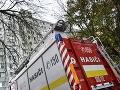 Hasiči zasahujú pri požiari bytu v Žiline: Zranili sa dve osoby