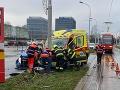 Hrozivá nehoda sanitky a auta v Bratislave: FOTO Viacero osôb je zranených!