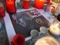 Ľudia zapaľujú sviečky pred budovou polície: VIDEO Zasiahla ich Lučanského (†51) smrť