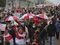Protesty proti Lukašenkovi pokračujú: Ľudia v niekoľkých bieloruských mestách vyšli do ulíc