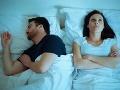 Experti varujú: Ak so svojím partnerom spíte v tejto POLOHE, pravdepodobne sa rozvediete