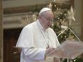 Pápež František zmenil paragraf kánonického práva: Zoficiálnil laickú službu žien pri oltári