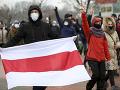 Bieloruskí demonštranti vytvorili ľudskú reťaz: Polícia viac ako 100 z nich zadržala