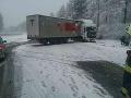 PRÁVE TERAZ Na severnej D1 sa skrížil kamión, zasahujú hasiči: V úseku sa tvoria kilometrové kolóny