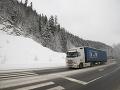 ONLINE zo slovenských ciest: Platia výstrahy meteorológov, problémy spôsobuje aj silné sneženie