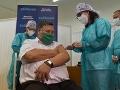 Na snímke infektológ Vladimír Krčméry ako prvý Slovák počas očkovania proti ochoreniu COVID-19 v Nitre