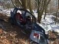 FOTO Pohľad, pri ktorom tuhne krv v žilách: Vodička s autom dostala šmyk a napálila do stromu
