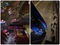 Desivé VIDEO: Havarovaný autobus ostal visieť z nadjazdu, viacero cestujúcich sa zranilo