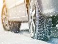 Vodiči, pozor: Na mnohých úsekoch spôsobuje problémy zasnežená a šmykľavá vozovka