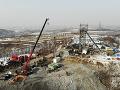V čínskej bani zavalilo 22 baníkov: Záchranári v nej zrejme po týždni objavili známky života