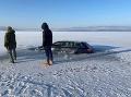 Frajerina na Oravskej priehrade?! FOTO Auto skončilo pod ľadom, polícia už našla len dieru