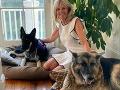 Bidenova manželka s oboma psíkmi.