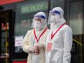 Testovacie miesto drive-through na bratislavskom letisku M. R. Štefánika za pomoci autobusov DPB
