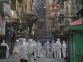 Ľudia a záchranné zložky v karanténnej oblasti v Hongkongu