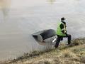 FOTO Z kanála v Novom Meste nad Váhom vytiahli osobné auto s mŕtvym mužom