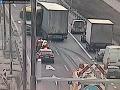 PRÁVE TERAZ Nehoda na D2 v Bratislave: FOTO Kamión vrazil do zvodidiel, dva pruhy sú neprejazdné