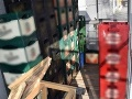FOTO Kuriózna krádež v Bratislave: Zlodeji ukradli zo supermarketu stovky prázdnych fliaš