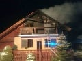 Rodinný dom na Liptove v plameňoch: Hasiči museli rýchlo zasahovať, domáci sú udalosťou zdecimovaní