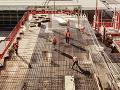 Nehoda pri stavbe obchodného centra v Bratislave: Z ohromnej výšky spadli traja stavbári
