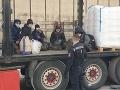 FOTO V návese zaparkovaného rumunského kamióna našla polícia šesť nelegálnych migrantov