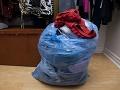 FOTO Mladík triedil darované oblečenie: Aha, na čo narazil, tak toto je paráda!
