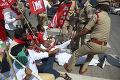 FOTO V Indii ide do tuhého: Poľnohospodári na protest proti agrárnej reforme prehradili cesty
