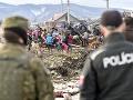 KORONAVÍRUS Vojaci aj polícia hliadkujú v uzavretej rómskej osade: FOTO Situácia je zatiaľ pokojná