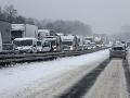 Kalamita v Česku pokračuje aj dnes: Sneh uzavrel tunely, na diaľniciach sa tvoria dlhé kolóny