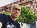 Tvrdý trest pre slovenského moderátora: Mesačný ZÁKAZ vysielania… Kvôli statusu na Facebooku!