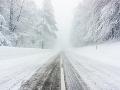 Na vlhkých a mokrých cestách sa môže tvoriť námraza až poľadovica: Hrozia aj snehové jazyky a záveje