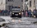 Na dodržiavanie karantény v rómskej osade v obci Sačurov dohliadajú od štvrtka rána policajti i vojaci