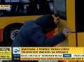 Nečakaný zvrat v TV reportáži: VIDEO Silák roztlačil autobus MHD, lepší ako Chuck Norris