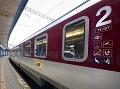 V Rakovej sa zrazilo osobné auto s vlakom: Tri osoby sa ľahko zranili
