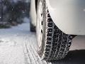 Vodiči, pozor! Cestári upozorňujú na zľadovatený sneh i zníženú dohľadnosť v dôsledku hmly