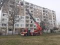 FOTO Hasiči v plnom nasadení: V Komárne horí byt na šiestom podlaží