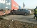 FOTO V Miloslavove sa zrazilo auto s nákladným vlakom: Vodič pred zrážkou vyskočil